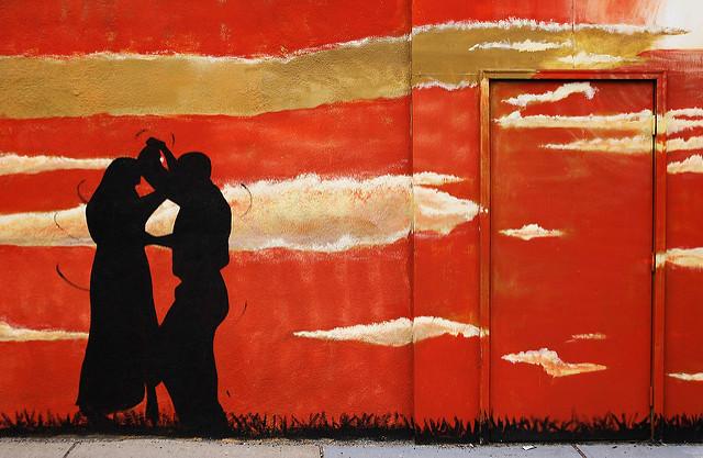 Peinture murale d'un couple de danseurs de salon au coucher du soleil.