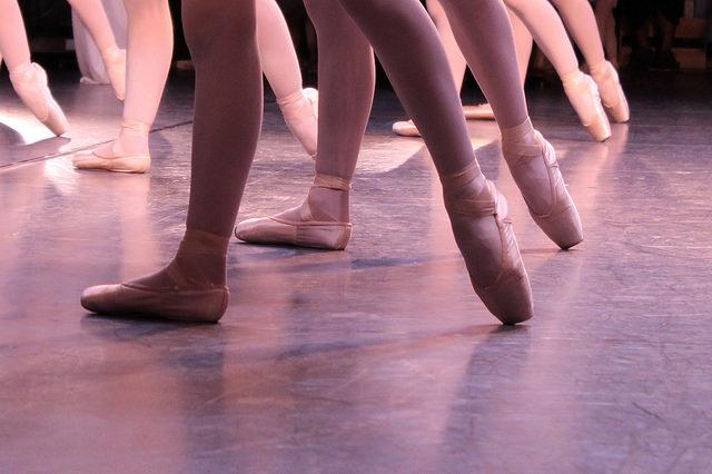 Jambes et pieds de danseuses en pointes de danse.