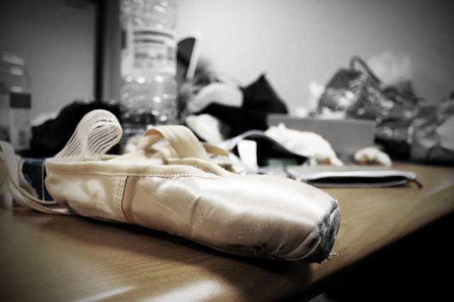 Des pointes de danse sur une table avec d'autres accessoires de danse.