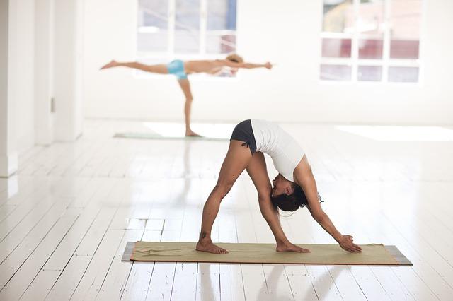 Danseurs en train de pratiquer des exercices de sophrologie.