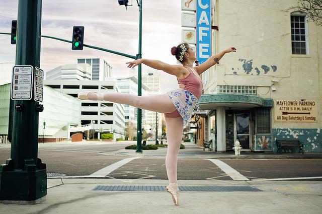 Photographie d'une danseuse dans la rue.