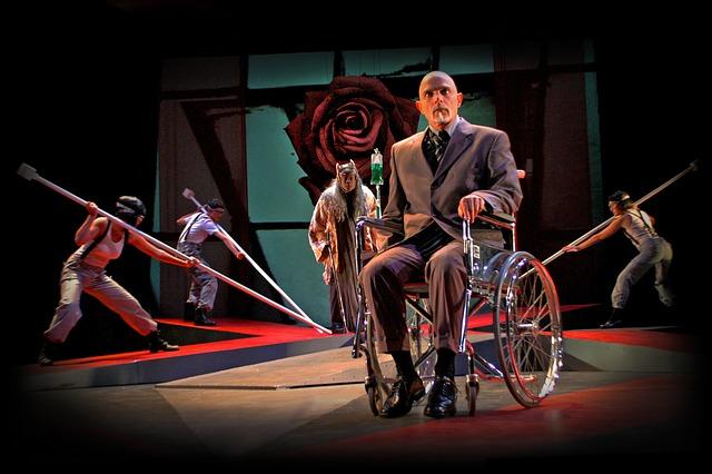 Personne à mobilité réduite sur scène pendant un spectacle de danse.