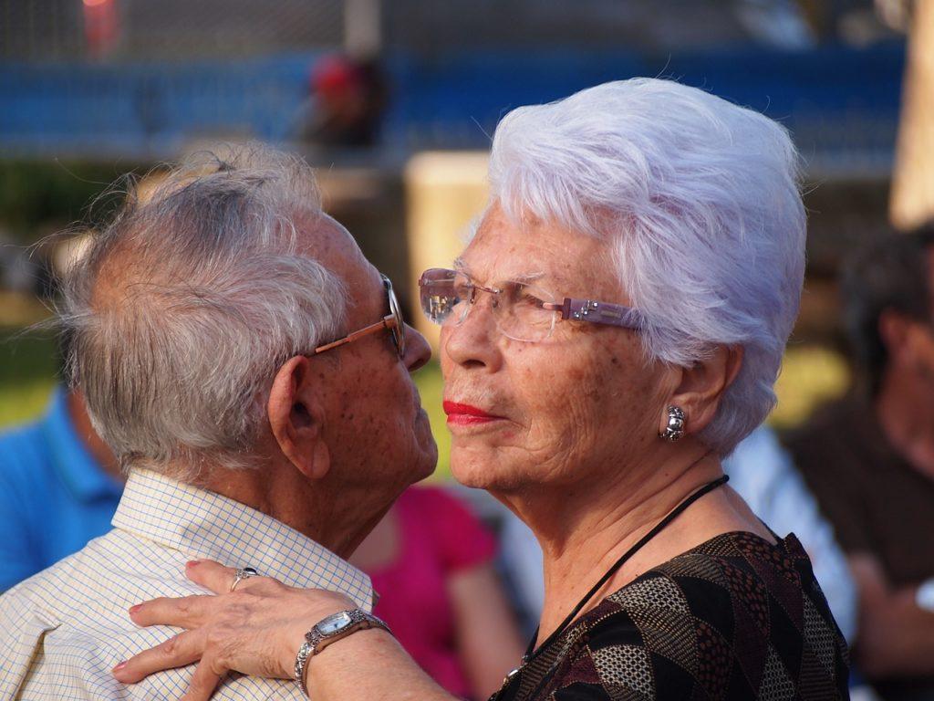 Deux personnes âgées qui dansent ensemble.