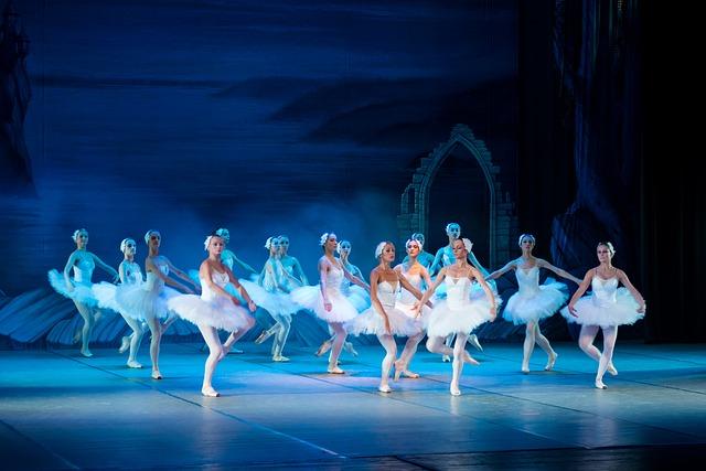 Danseuses classiques sur scène en tenue de spectacle de danse.