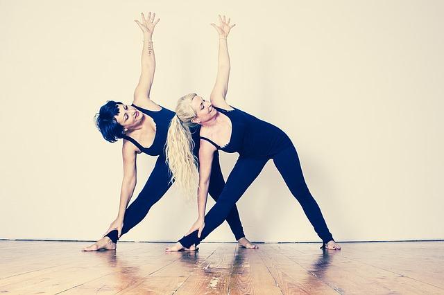 Photographie de deux femmes en train de s'échauffer avant de passer un concours de danse classique.
