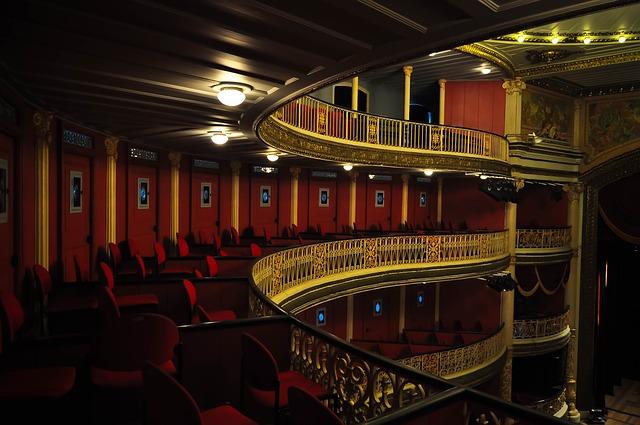 Sièges vides des balcons d'un théâtre.