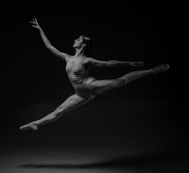 Danseuse classique en justaucorps, effectuant un saut.