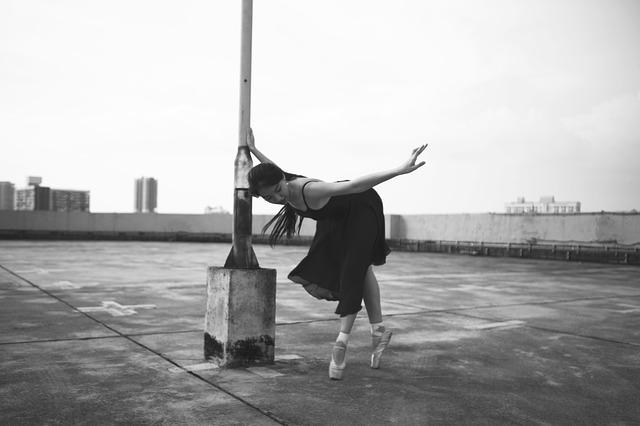 Photographie d'une jeune danseuse sur un toit.