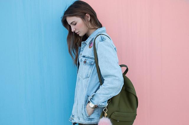 Jeune danseuse avec un sac de danse.