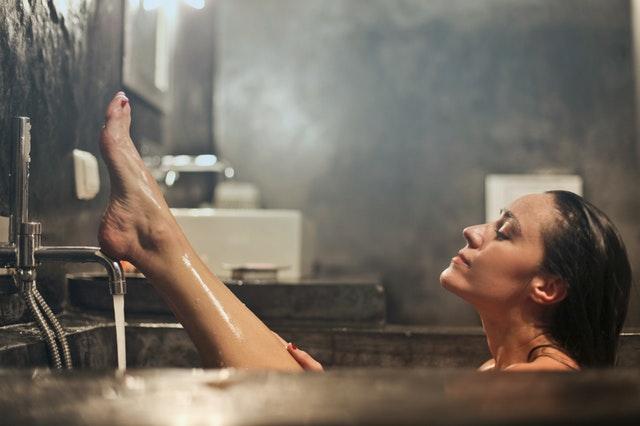 Jeune femme dans son bain après une séance de danse intensive.