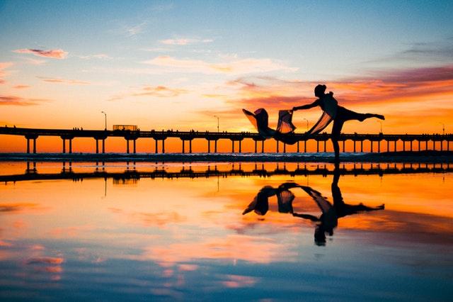 Danseuse devant un coucher de soleil.