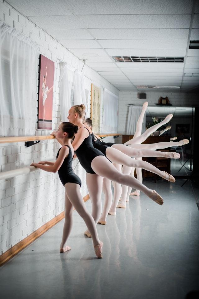 Des danseuses en cours de danse classique.
