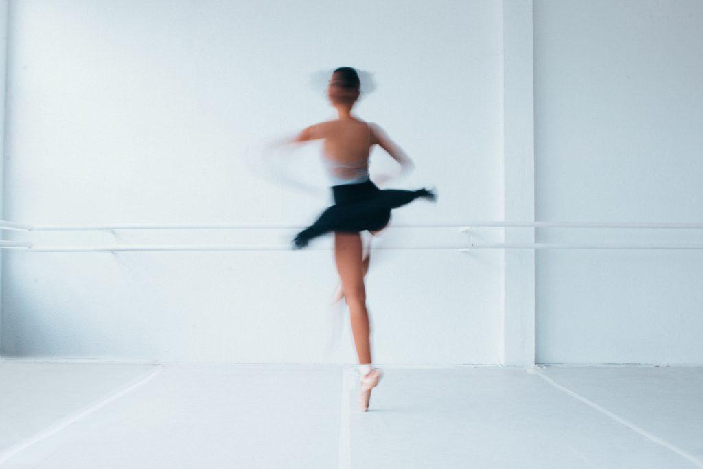 Une danseuse classique fait une pirouette.