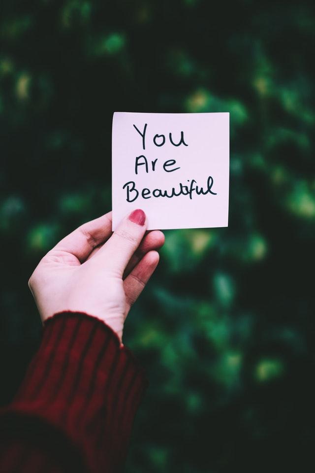 """Note sur laquelle est écrite la phrase """"You are beautiful""""."""