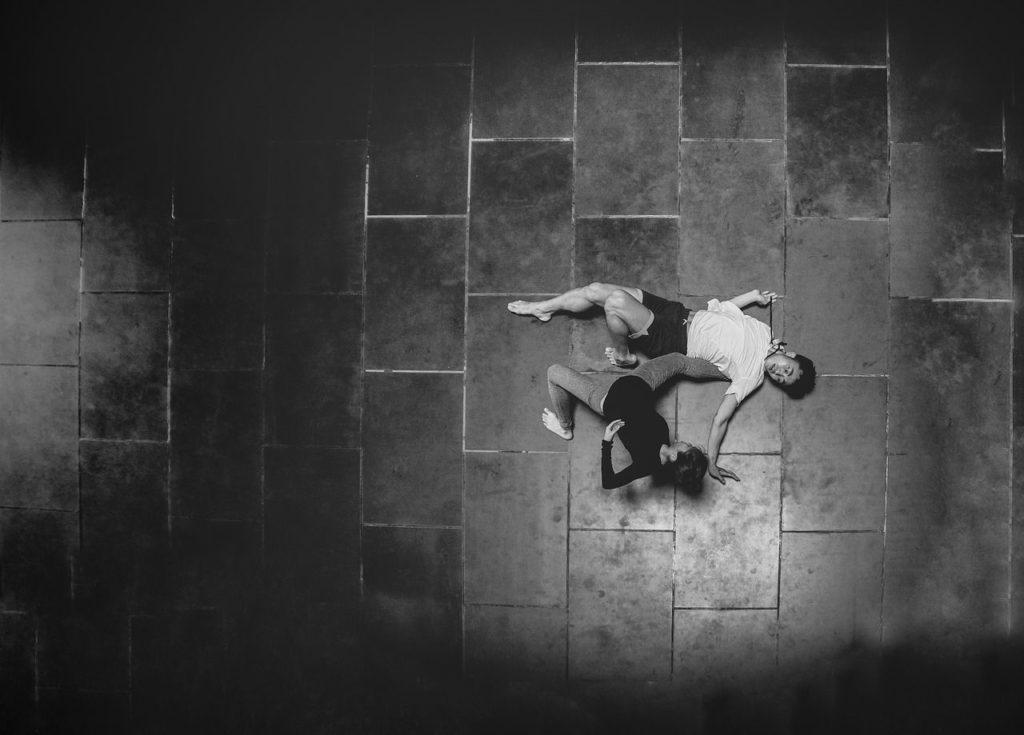 Danseurs contemporains en tenue de danse