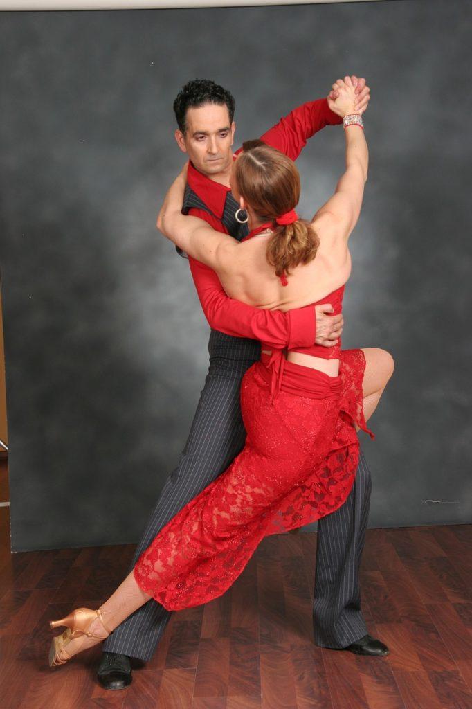 Un couple qui fait de la danse de salon.