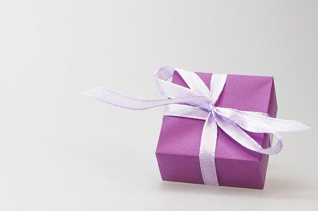 Cadeau violet sur fond blanc.