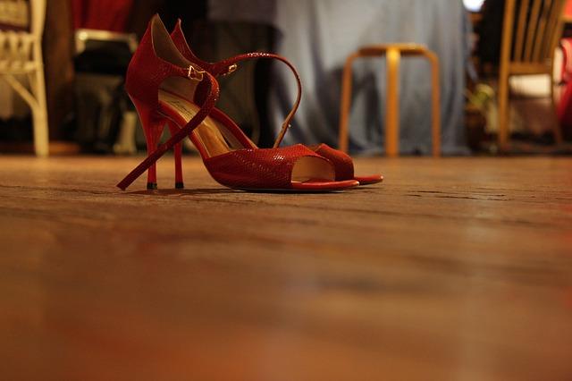 Une paire de chaussures de danse de salon.