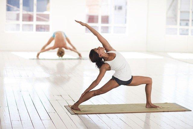 Femme pratiquant du yoga.