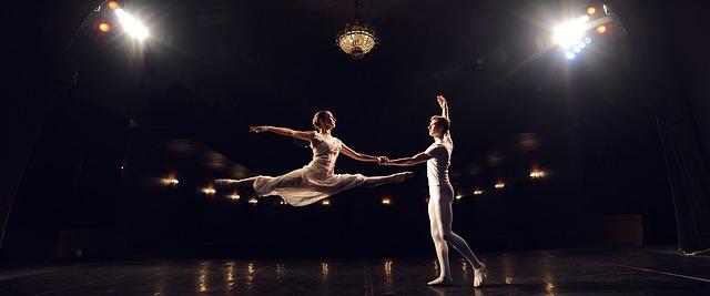 Deux danseurs effectuent une figure.
