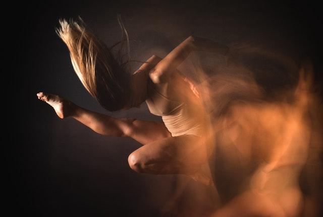 Danseuse sur fond noir.