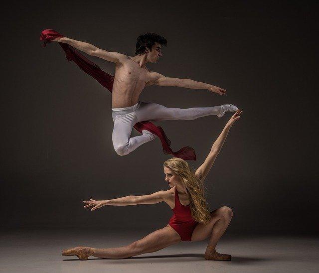 Danseurs effectuant un mouvement