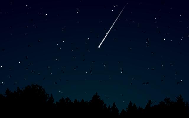 Une étoile filante dans le ciel nocturne.