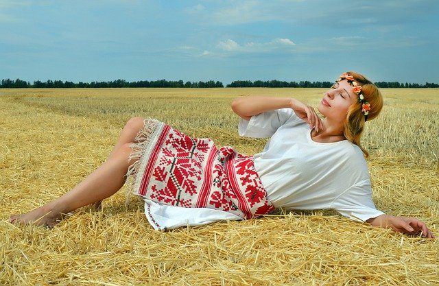femme slave allongée dans un champ